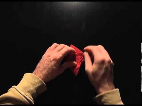 Plier une serviette en papier en forme de sapin de no l - Sapin en serviette en papier ...