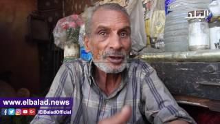 العندليب أشهر زبائنه.. «عم نافع» بائع الورد: بوكية العروسة بـ50 جنيها.. فيديو وصور
