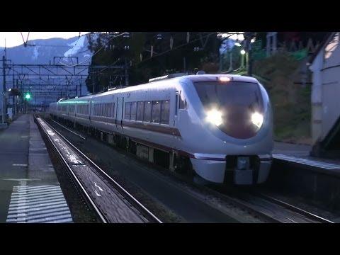 ヘッドライトが眩しい特急はくたか 夕暮れの大沢駅通過