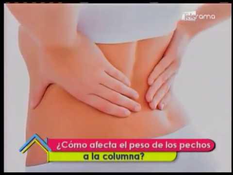 ¿Cómo afecta el peso de los pechos a la columna?