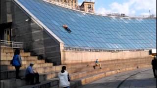 Жесть в Киеве двое выпивших горе-экстремалов чуть не разбились, скатившись со стены ''Глобуса''