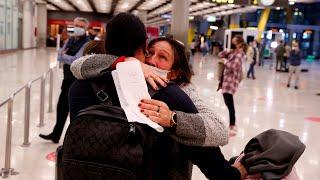 Vuelven los abrazos a los aeropuertos