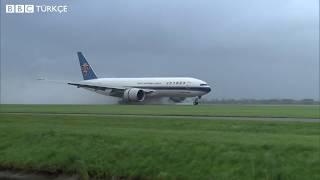 Amsterdam Schiphol Havalimanı'nda uçaklar iniş sırasında zor anlar yaşadı