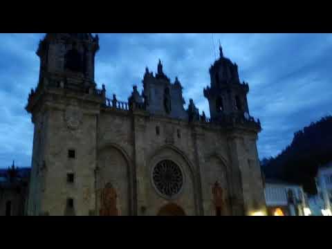 Engalanando las calles de Mondoñedo para celebrar el Corpus