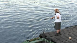 Смотреть всем!  Бабка ловит рыбу!(Бабушка ловит рыбу в Соже (Гомель). Делает это она с вдохновлением), 2012-09-21T19:47:37.000Z)