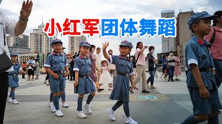 귀여운 어린 홍군들의 단체공연 연길 청년광장 延吉青年广…