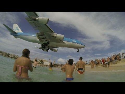 Spectacular 747 landing on Maho Beach - Atterrissage saisissant d'un 747 à Maho Beach