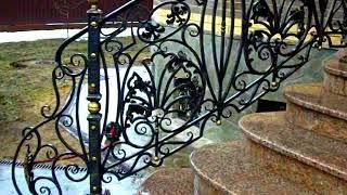 Солидные кованые перила на крыльце с полукруглыми ступенями в хорошем стиле
