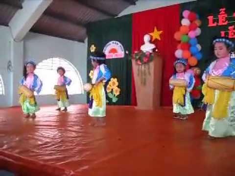 Tiết mục múa trống cơm - do các bé lớp mầm 4 trường mầm non Ban Mai biểu diễn