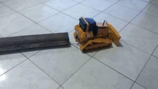 rc trator de esteiras d6n caterpillar puxando tora de madeira
