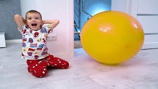 Мелисса и Артур весело играют с разноцветными воздушными шариками