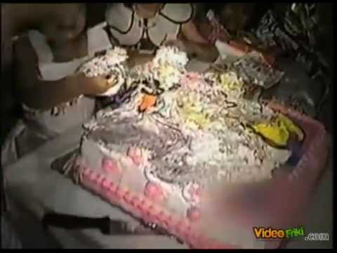 Niña destroza pastel y pasa esto.... Xd