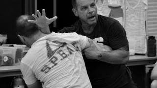 Tony Blauer. SPEAR system against knife attack. Science of selfdefense