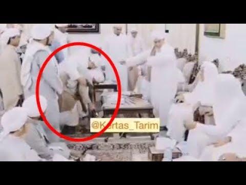 Dengan Penuh Ketawadhuan, Habib Umar bin Hafidz Memilih Duduk dibawah