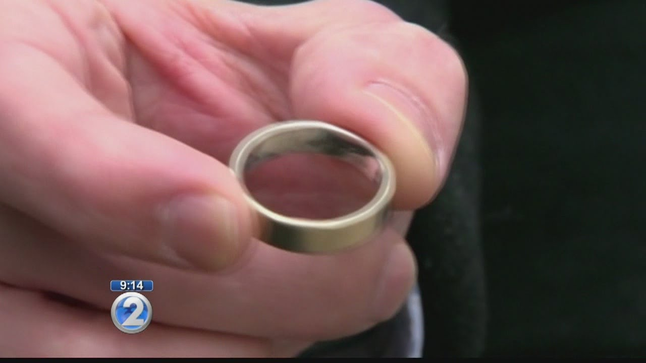 Man reunites with his wedding ring after losing it on Maui - YouTube
