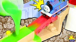 トーマス 電車 機関車が事故!アンパンマンとヒロ パーシー ジェームス登場★スライムでじこはおこるさ きかんしゃのおもちゃアニメ♪事故は起こるさ 日本語 操車場 キッズ 子供向け Thomas toy thumbnail