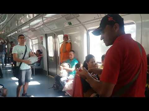 Mestres da embolada cantando dentro do trem Lucas do pandeiro e azulão da mata