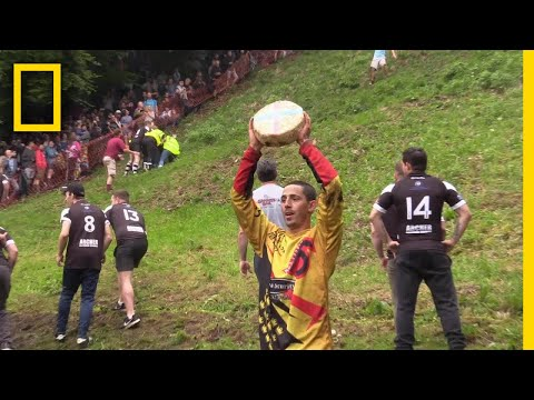 watch-a-downhill-cheese-chasing-competition-in-britain-|-national-geographic