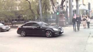 Мерс C63 AMG пугает людей звуком)