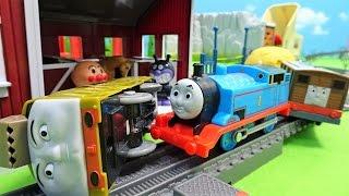 機関車トーマスやジェームスにディーゼル10がぶつかってくるよぉ~♪トーマスが脱線しちゃうよぉ~♪1066 thumbnail