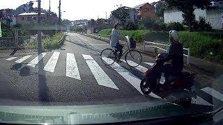 右折中に原付バイクが追い越し、横断歩道上の自転車とニアミス