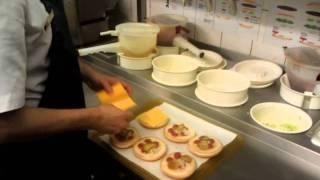 Как готовят в McDonalds(Были на экскурсии в киевском McDonalds. Сняли на видео обычное приготовление обычных гамбургеров в обычном McDonalds., 2011-12-26T08:50:36.000Z)
