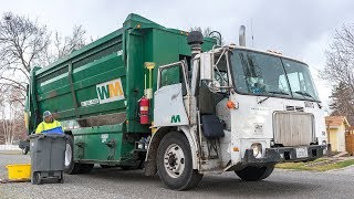 1999 Volvo WXLL - Labrie Top Select Recycling Truck