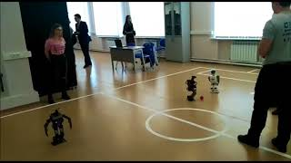 Роботы играют в футбол