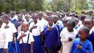 Himno de Tanzania en una escuelita en las montanas