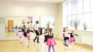 Дети учат танец ча-ча-ча