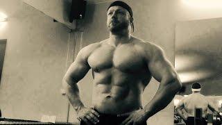 Bankdrück Wettkampf in der XXXL Schmiede - Bodybuilder Bench Press