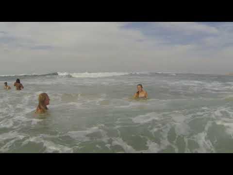 GOPR0568   Madelief en Reza aan het strand van Cape Vidal