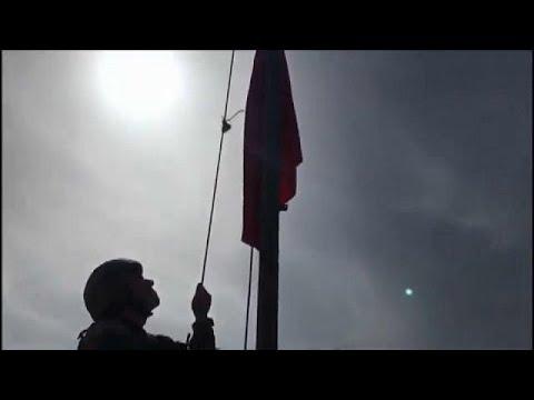 شاهد.. لحظة رفع العلم التركي على مدينة عفرين السورية  - نشر قبل 2 ساعة