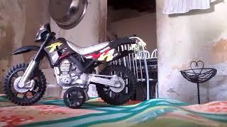 Meu irmão empinando a moto de brinquedo