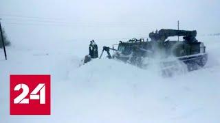 Военные помогают коммунальщикам расчищать заметенные дороги на Алтае - Россия 24