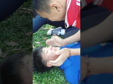 Hai thanh niên gay hôn nhau trong giờ thể dục