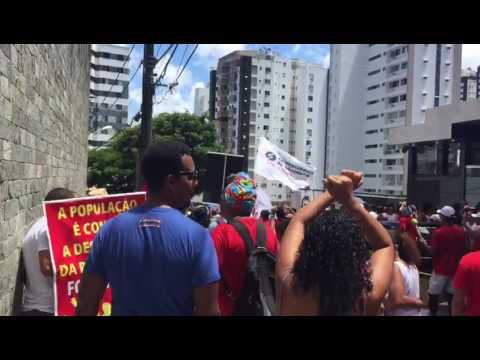 Multidão protesta em frente ao apartamento de Arthur Maia em Salvador