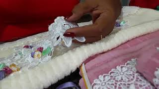 Toalhas bordadas com guipir e rosinhas de fita de cetim