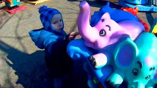ВЛОГ в Зоопарке Матвей кормит животных Развивающее видео для детей