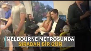 Melbourne metrosunda sürpriz evlilik teklifi