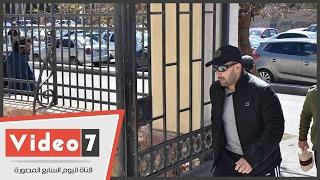 بالفيديو.. أحمد السقا وماجد المصرى يشاركان فى جنازة والد أمير كرارة