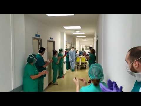 VÍDEO | La primera paciente de coronavirus extubada en Cuenca sale entre aplausos