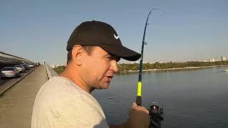 Риболовля на мосту метро. ст. м. Дніпро