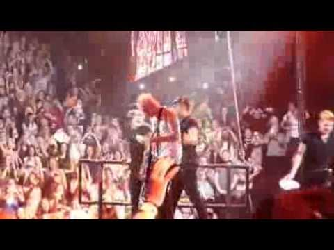 one-direction-&-5-seconds-of-summer---teenage-dirtbag---melbourne-30th-october-2013