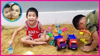 แม่บี น้องบีม | เล่นบ่อทรายกับของเล่นรถบรรทุกไข่เซอร์ไพร