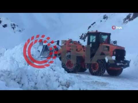 Yoğun kar yağışıyla kapanan yollar açılıyor
