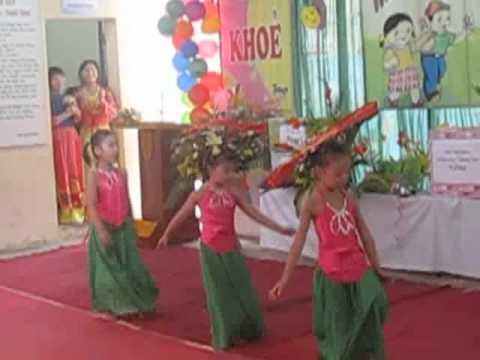 Hải Anh múa ( cặp nơ vàng, đứng giữa) trong lễ khai giảng ở trường mầm non