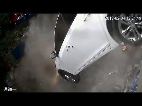 В Китае автомобиль вылетел со второго этажа парковки, проломив стену