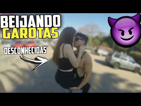 BEIJO OU CHUTE NO SACO ! BEIJANDO DESCONHECIDAS #7 / KISSING GIRL