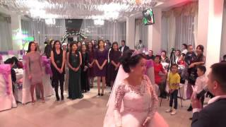 Невеста кидает букет www.shankarfoto.ru(www.shankarfoto.ru Видеосъемка в Алматы , фотосъемка, фотоколлаж, тамада, музыка, видеомонтаж, реставрация фото,..., 2016-04-17T20:27:53.000Z)